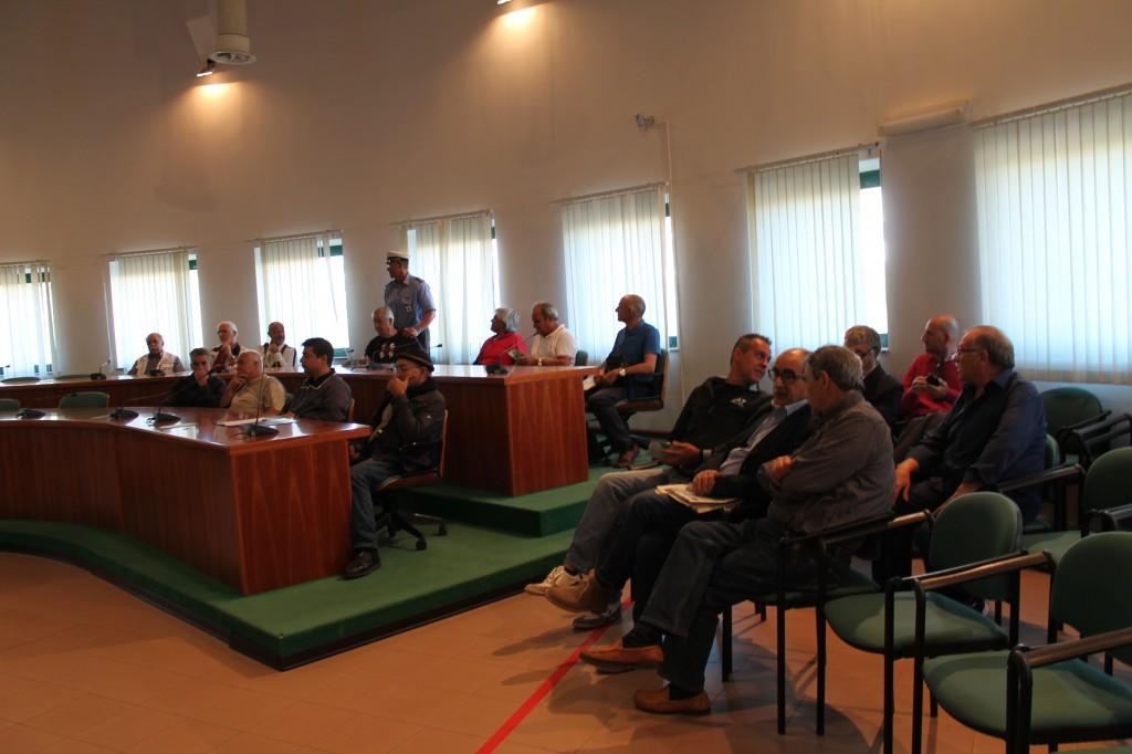 Panoramica del pubblico presente nella Sala consiliare del Comune di Elmas